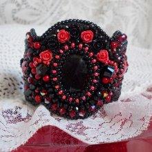 Bracelet manchette tendance romantique avec un cabochon en verre brodé Midnight in Paris