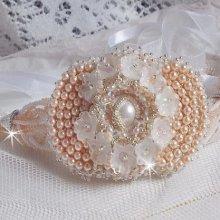 Bracelet avec des perles nacrées de Swarovski brodé façon Bouquet d'un Jour