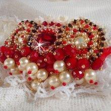 Broche avec des perles nacrées et cristal de bohême brodée façon Rubis