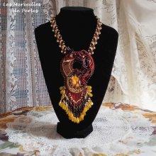 Collier Aura, un dégradé de couleur qui est représenté par un Shibori en soie et une belle pierre fine 'l'ambre'