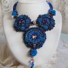 Collier  baroque avec des cristaux de Swarovski brodé Roses Bleues Royales