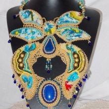 Collier Brodé 'Papillon Or Bleu' pierre de gemmes