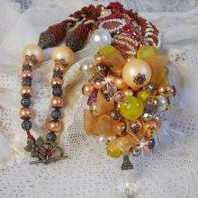 Collier brodé de perles diverses façon Caresse de Perles.