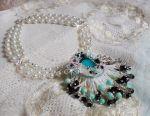 Collier brodé avec des perles rondes marbrées bleu-ciel et noir façon Océane