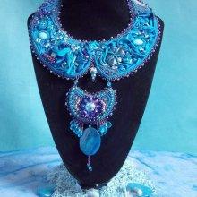 Collier  Haute Couture  Bleu Royal avec une soie l'éternel Bleu.