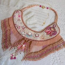 Collier Haute-Couture brodé avec des pierres semi-précieuse façon Rose Eternelle,