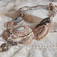 Collier Haute-Couture brodé avec un Howlite blanc façon Angélique 'Marquise des Anges'