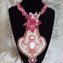 Collier Haute-Couture, une pierre de gemme l'Howilite blanc avec les rocailles et la dentelle brodé  'Lys Rose'