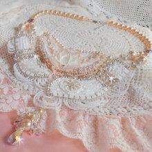 Collier avec des nacres et des cristaux brodé façon Bouquet d'un Jour