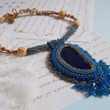 Collier pendentif brodé avec une agate bleu saphir Corsica