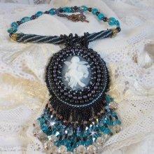 Collier pendentif  brodé avec un ange en acrylique façon Angelot