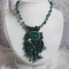 Collier pendentif brodé avec une Malachite façon Emerald Vert