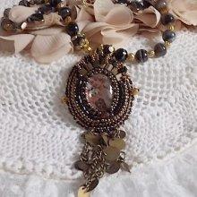 Collier pendentif avec un camé en résine d'un portrait de femme brodé Aube