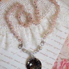 Collier pendentif avec des cristaux de Swarovski façon COCO