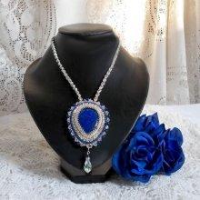 Collier pendentif 'Nil bleu' brodé avec des cristaux et un Lapis Lazuli.