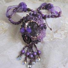 Collier pendentif avec des pierres fines les Sugilites brodées façon Chinese Purple Stone