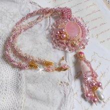 Collier pendentif avec un Quartz rose, une pierre fine brodée façon Quartzib'Elle