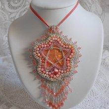 Collier pendentif avec une étoile en métal et perles de culture brodé Corail.