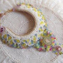 Collier plastron Envolée Fleurie, fleurs en lucite, perles et rocailles.
