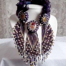 Collier plastron Haute -Couture ' Les Merveilles D'Antan', inspiration belle époque avec une dentelle violette.
