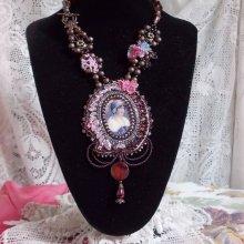 Collier vintage Haute-Couture Belle Romance, brodé avec un cabochon portrait de femme.