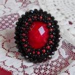 Bague Midnight in Paris brodée avec un cabochon facettée Rouge et des perles rondes noires