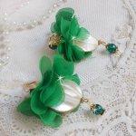 BO Belle Emeraude avec de belles nacres bombées et des fleurs en tissu de couleur vert et des dormeuses
