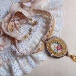 Collier pendentif Reflets de Rosée, perles nacrées, cristal de Swarovski et dentelle.