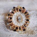 Bague Noir Sacré brodée de cristaux de Swarovski façon vintage, des facettes et des rocailles