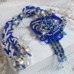 Collier Lotus Flowers brodé avec des perles de Venise de couleur Bleu Capri/Blanc et des cristaux de Swarovski