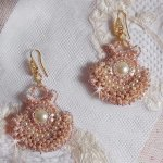 BO Poudre de Riz  brodées avec des petites perles rondes nacrées en Cristal de Swarovski et des rocailles Miyuki