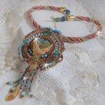 Collier pendentif Cheyenne brodé tout en rocailles de haute qualité avec des pierres semi-précieuses
