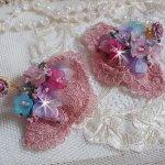 BO Jardin Poétique brodées sur une belle dentelle rose Antique avec des fleurs lucites et des rocailles