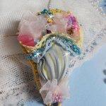 Broche Ombrelle de Fleurs brodée avec un ruban de soie Gris/Jaune, des cristaux de Swarovski, des fleurs Lucite, des perles en Nacre, de la dentelle et des rocailles