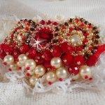 Broche Rubis brodée avecun cabochon en verre de bohème des années 1960, des perles nacrées, des Cristaux de Swarovski et des rocailles