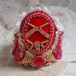 Bracelet Nous Deux manchette Haute-Couture brodé avec des Cristaux de Swarovski, un cabochon ovale en verre rouge et des rocailles
