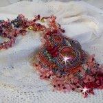 Collier Fleur de Chine brodé avec des perles de Swarovski, perles artisanales et autres
