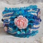 Bracelet  manchette Belle Epoque brodé avec toutes sortes de perles, une création design façon Haute-Couture