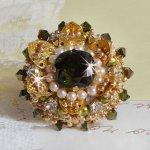 Bague L'Oiseau des Iles Vert Doré brodée avec des cristaux de Swarovski, des chatons, des perles nacrées et des rocailles