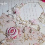 Collier Valmont brodé façon Victorien avec une dentelle Ivoire,des perles nacrées et des Cristaux de Swarovski