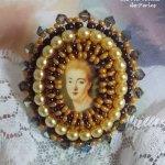 Bague Mme de Pompadour brodée avec des perles nacrées, cristal de Swarovski, une très belle séduction
