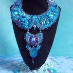 Collier plastron Bleu Royal brodé avec une soie l'éternel Bleu façon Haute-Couture