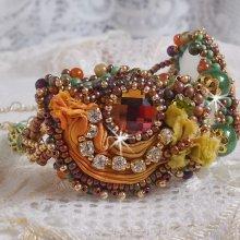 Bracelet Lune Vénitienne brodé avec un ruban de soie, des cabochons facettés, des Cristaux de Swarovski et des perles magiques