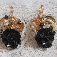 BO Attrape-Rêves Noir et Doré Ondulées avec des cristaux de Swarovski, des fleurs en tissu et des rocailles.