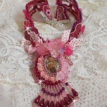 Collier Magnolia avec une dentelle bordeaux très fine avec des cristaux de Swarovski