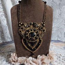 Collier brodé avec un onyx noir, perles et rocailles Cléopâtra