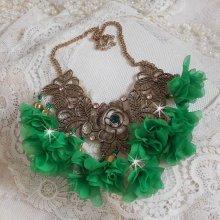 Collier Belle Emeraude monté avec des fleurs en tissu et des cristaux de Swarovski