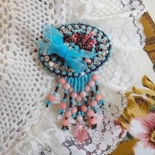 Broche Naïade brodée avec des perles de gemmes  (Corail), des cristaux de Swarovski, du cuir, des chatons Crystal et des rocailles