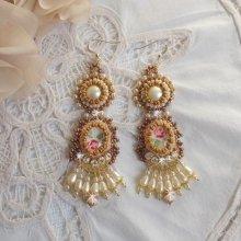 BO Reflets de Rosée sont brodées avec des perles nacrées, des Cristaux de Swarovski et des crochets d'oreilles en Gold Filled 14 carats.