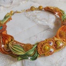 Collier Rumba Haute-Couture brodé avec un Shibori de soie, de la soutache et des cristaux de Swaroski